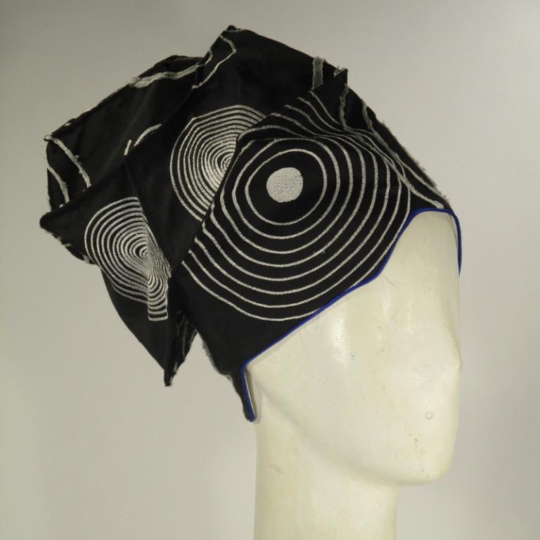 Kopfbedeckung - festlich - bestickte Seide