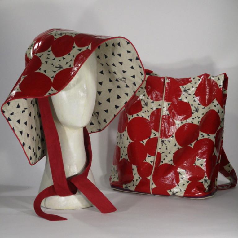 Kopfbedeckung - Regenhut und Tasche - rot und hell