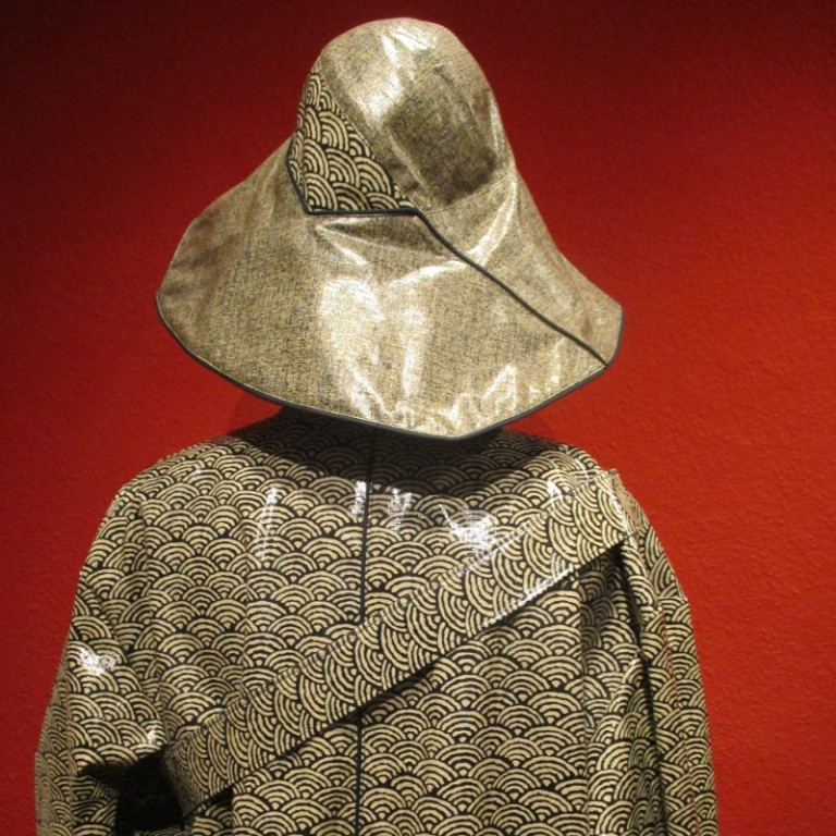 Regenbekleidung - Regenmantel und Regenhut (hinten) - graublau