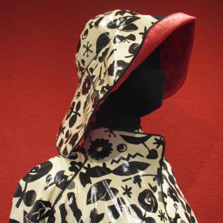Regenbekleidung - Regenmantel und Regenhut - schwarz weiß