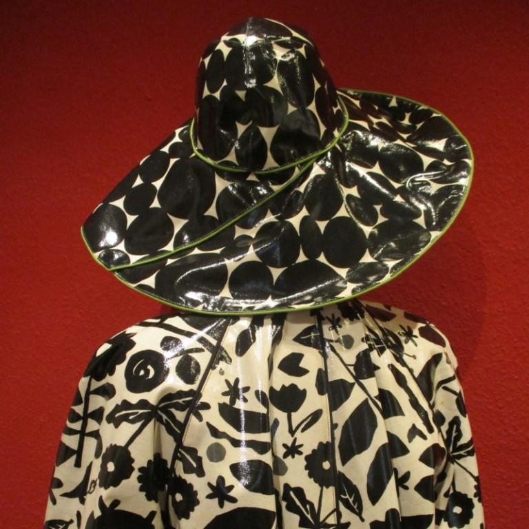 Regenbekleidung - Regenmantel und Regenhut (hinten) - schwarz weiß
