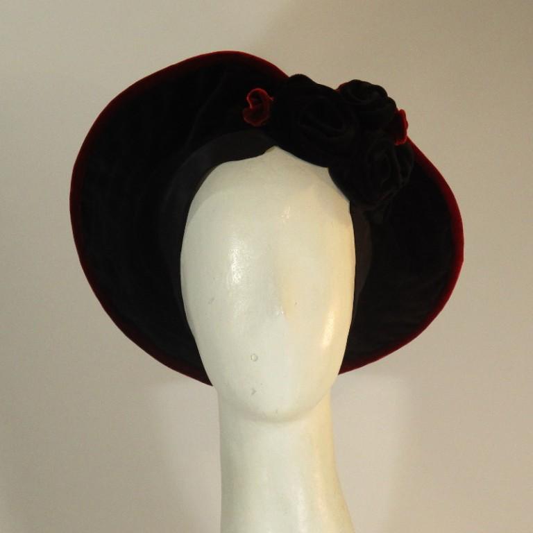 Kopfbedeckung - Watteau Hut - baumwollsamt rot schwarz