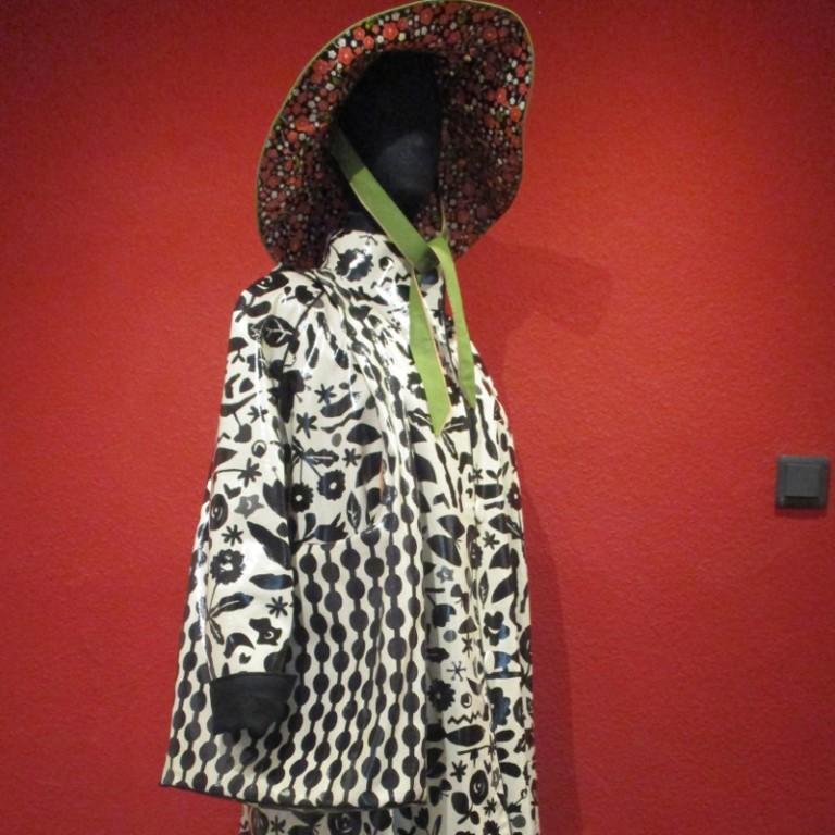 Regenbekleidung - Regenmantel und Regenhut (seitlich) - schwarz weiß