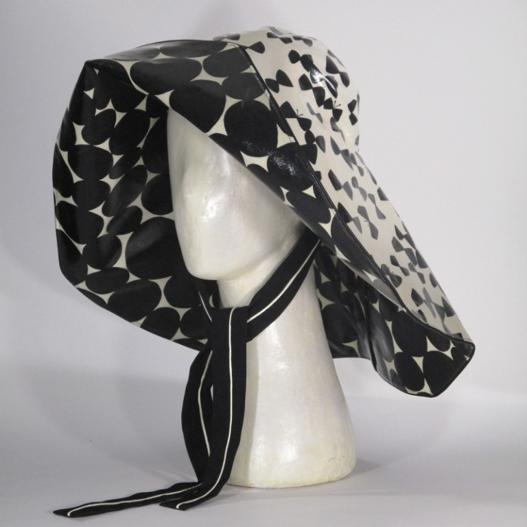 Kopfbedeckung - Regenhut Großform - schwarz weiß