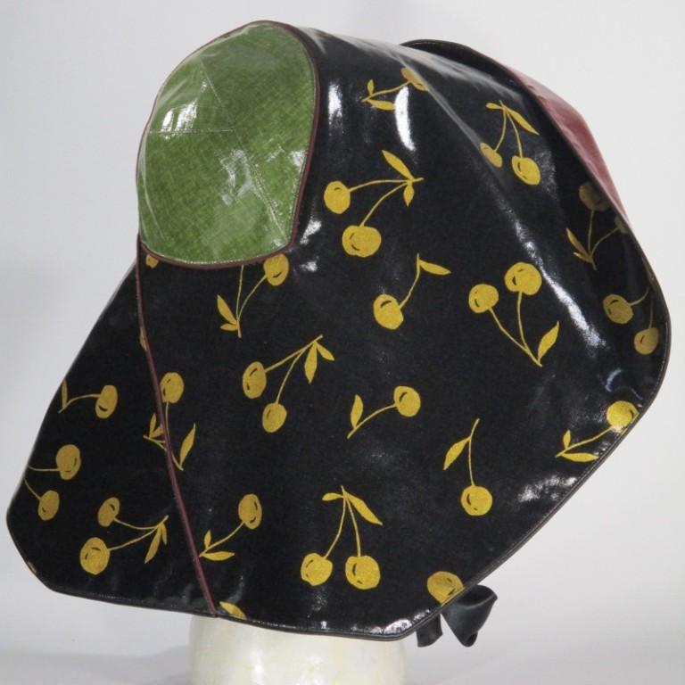 Kopfbedeckung - Damen Regenhut (seitlich) - schwarz gold rot
